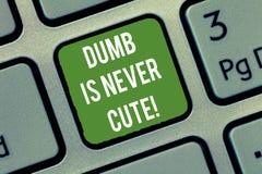 Το κείμενο γραψίματος λέξης άλαλο δεν είναι ποτέ χαριτωμένο Η επιχειρησιακή έννοια για για να είναι ηλίθια ανίδεη δεν είναι ποτέ  στοκ εικόνες με δικαίωμα ελεύθερης χρήσης