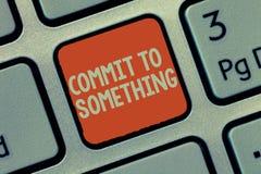 Το κείμενο γραψίματος λέξης δεσμεύει σε κάτι Επιχειρησιακή έννοια για για να ζήσει μια ζωή του σκοπού με την τιμή υπερηφάνειας μι στοκ εικόνες με δικαίωμα ελεύθερης χρήσης