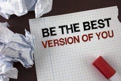 Το κείμενο γραψίματος λέξης είναι η καλύτερη έκδοση σας Η επιχειρησιακή έννοια για εμπνέεται για να αποκτηθεί καλύτερα και παρακι Στοκ φωτογραφία με δικαίωμα ελεύθερης χρήσης