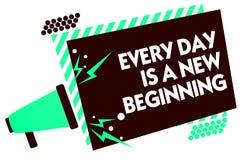 Το κείμενο γραψίματος λέξης είναι κάθε μέρα μια νέα αρχή Η επιχειρησιακή έννοια για σας έχει μια πιθανότητα να ονειρευτεί ζωντανό Στοκ Εικόνα