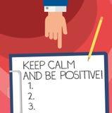 Το κείμενο γραψίματος λέξης κρατά ήρεμος και είναι θετικό Επιχειρησιακή έννοια για ηρεμημένη την παραμονή ευτυχία θετικής σκέψης  ελεύθερη απεικόνιση δικαιώματος