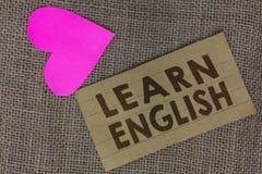 Το κείμενο γραψίματος λέξης μαθαίνει τα αγγλικά Η επιχειρησιακή έννοια για την καθολική γλωσσική εύκολη επικοινωνία και καταλαβαί στοκ εικόνα με δικαίωμα ελεύθερης χρήσης