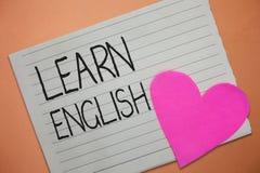 Το κείμενο γραψίματος λέξης μαθαίνει τα αγγλικά Η επιχειρησιακή έννοια για την καθολική γλωσσική εύκολη επικοινωνία και καταλαβαί στοκ εικόνες