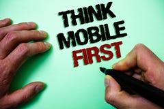 Το κείμενο γραψίματος λέξης σκέφτεται ότι η κινητή πρώτη επιχειρησιακή έννοια για φορητό επινοεί το φορητό τηλεφωνικό πρώτα πράσι στοκ φωτογραφία