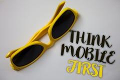 Το κείμενο γραψίματος λέξης σκέφτεται ότι η κινητή πρώτη επιχειρησιακή έννοια για φορητό επινοεί τη φορητή κατάπληξη τηλεφωνικού  στοκ φωτογραφία