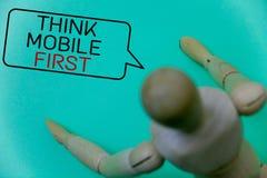 Το κείμενο γραψίματος λέξης σκέφτεται ότι η κινητή πρώτη επιχειρησιακή έννοια για φορητό επινοεί το φορητό τηλεφωνικό πρώτα κυανό στοκ εικόνες με δικαίωμα ελεύθερης χρήσης