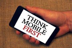 Το κείμενο γραψίματος λέξης σκέφτεται ότι η κινητή πρώτη επιχειρησιακή έννοια για φορητό επινοεί τη φορητή λαβή λαβής τηλεφωνικών στοκ εικόνες