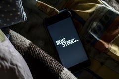 Το κείμενο ιστοριών νύχτας στο smartphone στο κρεβάτι, πηγαίνει στην ιδέα φ έννοιας ύπνου στοκ εικόνες