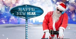 Το κείμενο και Santa DJ καλής χρονιάς με ξύλινο καθοδηγούν στο χειμερινό τοπίο Χριστουγέννων Στοκ φωτογραφία με δικαίωμα ελεύθερης χρήσης