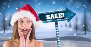 Το κείμενο πώλησης και θηλυκό Santa με ξύλινο καθοδηγούν στο χειμερινό τοπίο Χριστουγέννων Στοκ φωτογραφίες με δικαίωμα ελεύθερης χρήσης