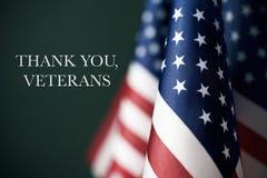 Το κείμενο σας ευχαριστεί παλαίμαχοι και αμερικανικές σημαίες στοκ φωτογραφία με δικαίωμα ελεύθερης χρήσης