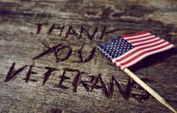 Το κείμενο σας ευχαριστεί παλαίμαχοι και η σημαία των ΗΠΑ στοκ εικόνα