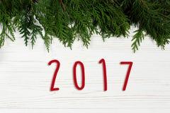 το κείμενο σημαδιών του 2017 στο χριστουγεννιάτικο δέντρο διακλαδίζεται σύνορα στο μοντέρνο μόριο Στοκ φωτογραφία με δικαίωμα ελεύθερης χρήσης