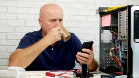 Το κείμενο τεχνικών υπολογιστών που χρησιμοποιεί το κινητό τηλέφωνο και πίνει ένα φλιτζάνι του καφέ φιλμ μικρού μήκους