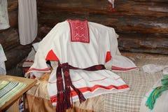 Το κεντημένο ανθρώπινο πουκάμισο ένα κόκκινο kosovorotka στο λευκό Στοκ Εικόνες