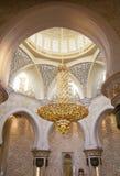Το κεντρικό άσπρο μουσουλμανικό τέμενος πολυελαίων στο Αμπού Ντάμπι Τα Ε.Α.Ε. Στοκ φωτογραφία με δικαίωμα ελεύθερης χρήσης