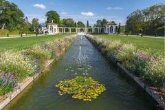 Το κεντρικό κανάλι με τις πηγές στους γαλλικούς κήπους της βίλας Arnaga σε cambo-les-Bains, δύο περίπτερα περιορίζει τους κήπους  στοκ εικόνα με δικαίωμα ελεύθερης χρήσης