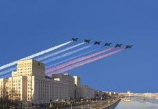 Το κεντρικό κτίριο του Υπουργείου άμυνας της Ρωσικής Ομοσπονδίας και τα ρωσικά στρατιωτικά αεροπλάνα πετούν στο σχηματισμό, Μόσχα στοκ εικόνες