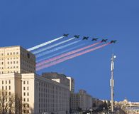 Το κεντρικό κτίριο του Υπουργείου άμυνας της Ρωσικής Ομοσπονδίας και τα ρωσικά στρατιωτικά αεροπλάνα πετούν στο σχηματισμό, Μόσχα στοκ εικόνα με δικαίωμα ελεύθερης χρήσης