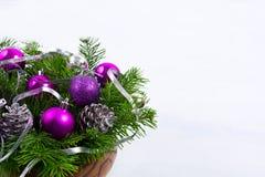 Το κεντρικό τεμάχιο Χριστουγέννων με ακτινοβολεί κώνοι και πορφυρές διακοσμήσεις, γ Στοκ φωτογραφία με δικαίωμα ελεύθερης χρήσης