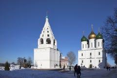 Το κεντρικό τετράγωνο σε Kolomna Κρεμλίνο το καλοκαίρι, τον καθεδρικό ναό Uspensky, τον πύργο κουδουνιών και το σχολείο Στοκ φωτογραφίες με δικαίωμα ελεύθερης χρήσης