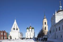 Το κεντρικό τετράγωνο σε Kolomna Κρεμλίνο το καλοκαίρι, τον καθεδρικό ναό Uspensky, τον πύργο κουδουνιών και το σχολείο Στοκ εικόνες με δικαίωμα ελεύθερης χρήσης