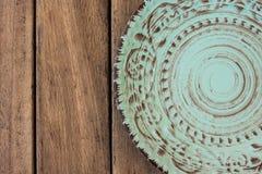 Το κενό εκλεκτής ποιότητας μπλε πιάτο στην ξύλινη άποψη επιτραπέζιων κορυφών, επίπεδη βάζει Στοκ εικόνα με δικαίωμα ελεύθερης χρήσης