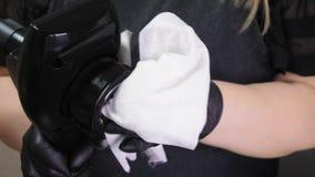 Το κενό μασάζ με το εργαλείο LPG στο σαλόνι SPA Τα χέρια του cosmetologist προετοιμάζουν τη συσκευή για την εργασία Απολύμανση φιλμ μικρού μήκους