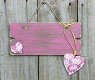 Το κενό ξεπέρασε το ρόδινο σημάδι με τις καρδιές λουλουδιών που κρεμούν στην ξύλινη πόρτα Στοκ εικόνες με δικαίωμα ελεύθερης χρήσης