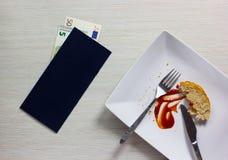 Το κενό πιάτο έφυγε μετά από το γεύμα με το λογαριασμό και την ευρο- σημείωση για ξύλινο Στοκ Φωτογραφίες