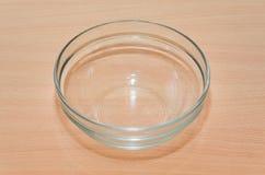 Το κενό πιάτο γυαλιού είναι στον πίνακα στοκ εικόνες με δικαίωμα ελεύθερης χρήσης