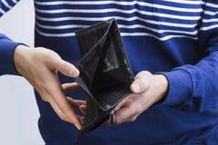 Το κενό πορτοφόλι επανδρώνει το χέρι στοκ εικόνες