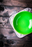 Το κενό πράσινο κύπελλο βρίσκεται σε ένα γκρίζο potholder Στοκ φωτογραφίες με δικαίωμα ελεύθερης χρήσης