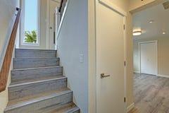 Το κενό σπίτι ύφους πεζοπόρων χαρακτηρίζει την γκρίζα ξύλινη σκάλα στοκ εικόνα