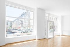 Το κενό δωμάτιο, ψωνίζει εσωτερικό με το παράθυρο αγορών στοκ φωτογραφίες με δικαίωμα ελεύθερης χρήσης