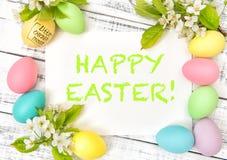 Το κεράσι άνοιξη διακοσμήσεων Πάσχας ανθίζει χρωματισμένα τα κρητιδογραφία αυγά στοκ φωτογραφίες με δικαίωμα ελεύθερης χρήσης