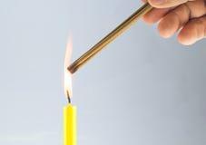Το κερί είναι αναφλέγει του θυμιάματος Στοκ εικόνα με δικαίωμα ελεύθερης χρήσης