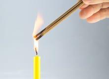 Το κερί είναι αναφλέγει του θυμιάματος Στοκ Φωτογραφίες