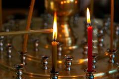 Το κερί τίθεται στην πυρκαγιά Έγκαυμα κεριών στην εκκλησία σε μια ειδική στάση στοκ φωτογραφία με δικαίωμα ελεύθερης χρήσης