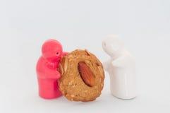 Το κεραμικό κόκκινο και άσπρο συναίσθημα κουκλών δίνει το μπισκότο μου στο λευκό Στοκ εικόνα με δικαίωμα ελεύθερης χρήσης