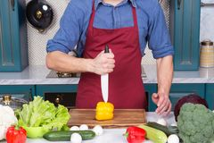Το κεραμικό μαχαίρι έκοψε υπό εξέταση το κίτρινο λαχανικό πιπεριών εν πλω Στοκ Εικόνα
