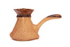 Το κεραμικό cezve ή το τουρκικό δοχείο καφέ, ο κατασκευαστής καφέ ή κεραμικός Τούρκος απομόνωσαν στο άσπρο υπόβαθρο στοκ φωτογραφία με δικαίωμα ελεύθερης χρήσης