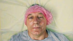 Το κεφάλι ατόμων ` s βρίσκεται στον καλλυντικό καναπέ φιλμ μικρού μήκους