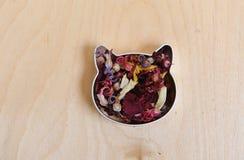 Το κεφάλι γατών αποτελείται από τα ξηρά λουλούδια σε ένα ελαφρύ ξύλινο υπόβαθρο Ελεύθερου χώρου για το σχέδιο Στοκ φωτογραφία με δικαίωμα ελεύθερης χρήσης