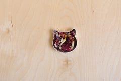 Το κεφάλι γατών αποτελείται από τα ξηρά λουλούδια σε ένα ελαφρύ ξύλινο υπόβαθρο Ελεύθερου χώρου για το σχέδιο Στοκ φωτογραφίες με δικαίωμα ελεύθερης χρήσης