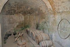 Το κελάρι κάστρων Aragonese με τα παλαιά βαρέλια και τα μπουκάλια Στοκ εικόνες με δικαίωμα ελεύθερης χρήσης