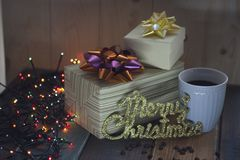 Το κιβώτιο δύο δώρων, επιγραφή παντρεύει τα Χριστούγεννα, τοπ άποψη φλυτζανιών Στοκ Φωτογραφία