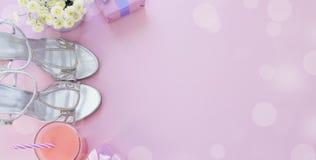 Το κιβώτιο δώρων εμβλημάτων με το τόξο κορδελλών σατέν για τα λουλούδια γυναικών αγοράζει τα παπούτσια ένα ποτήρι του κοκτέιλ Στοκ φωτογραφίες με δικαίωμα ελεύθερης χρήσης
