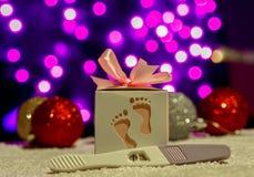 Το κιβώτιο δώρων Χριστουγέννων παρουσιάζει με τα φω'τα διακοσμήσεων bokeh στοκ φωτογραφία με δικαίωμα ελεύθερης χρήσης