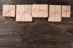 Το κιβώτιο δώρων Χριστουγέννων παρουσιάζει στο ξύλινο υπόβαθρο Στοκ Φωτογραφία